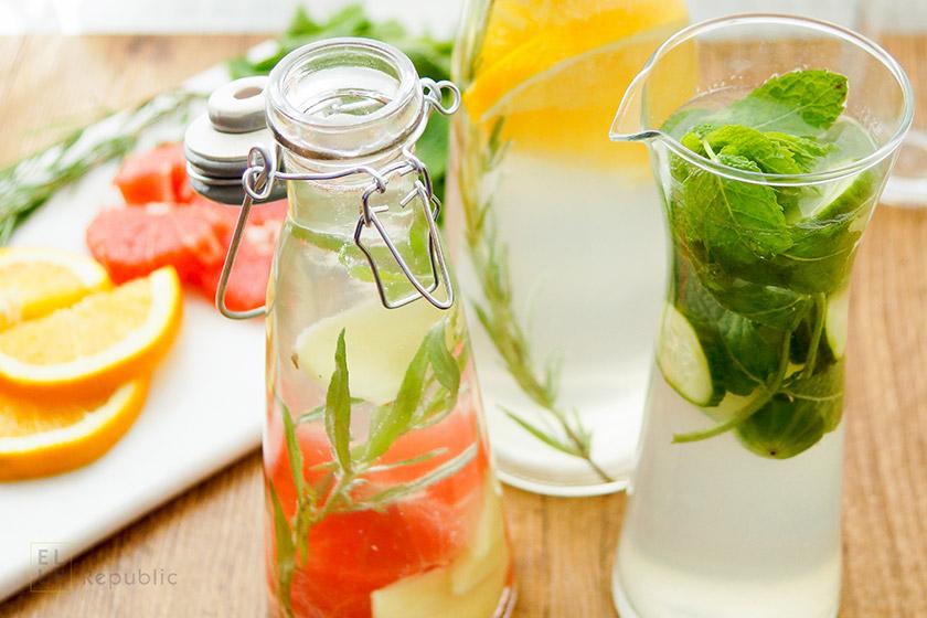 Wasser mit Geschmack selbst gemacht, Wasser mit Minze, Gurke, Estragon und Limone
