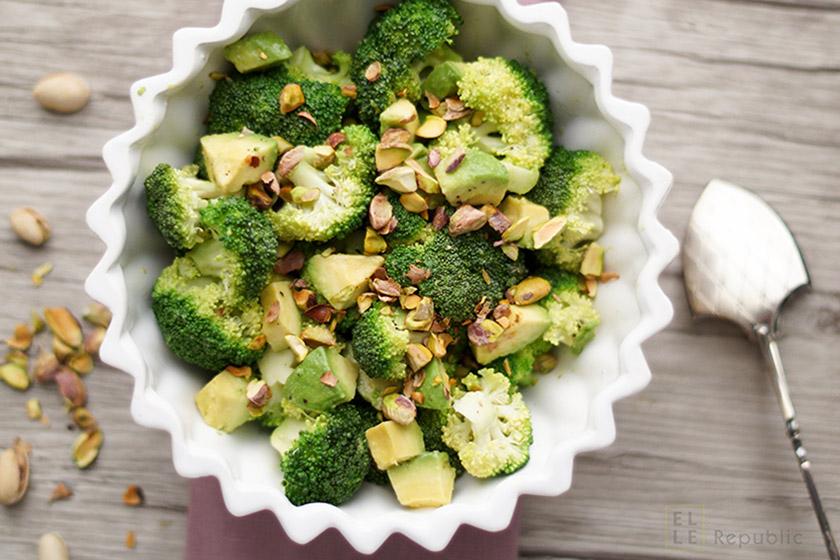 Avocado Brokkoli Salat mit Pistazienöl, Pistazienkerne, Zitronensaft, super gesund
