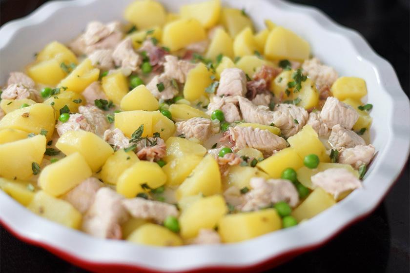 Truthahn Kartoffel Pot Pie mit Erbsen, Parmaschinken, Blätterteig überbacken