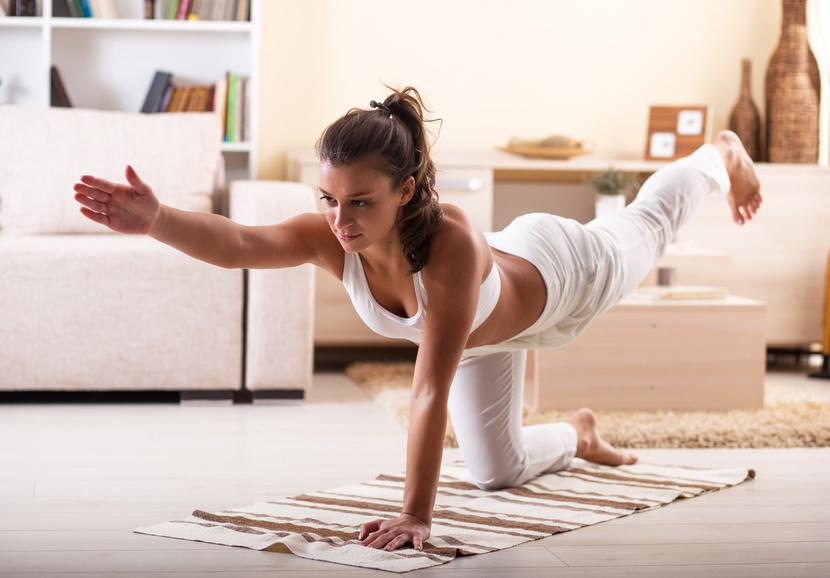 Frau macht Yoga, Dehnübung, Sport zuhause