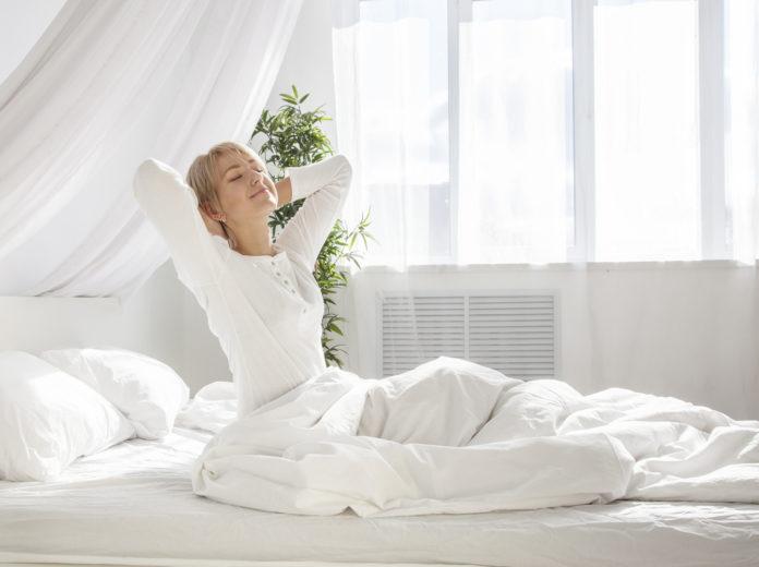 9 Tipps gegen Erkältung, Frau in Bett, gesund, Immunsystem, Vitamine