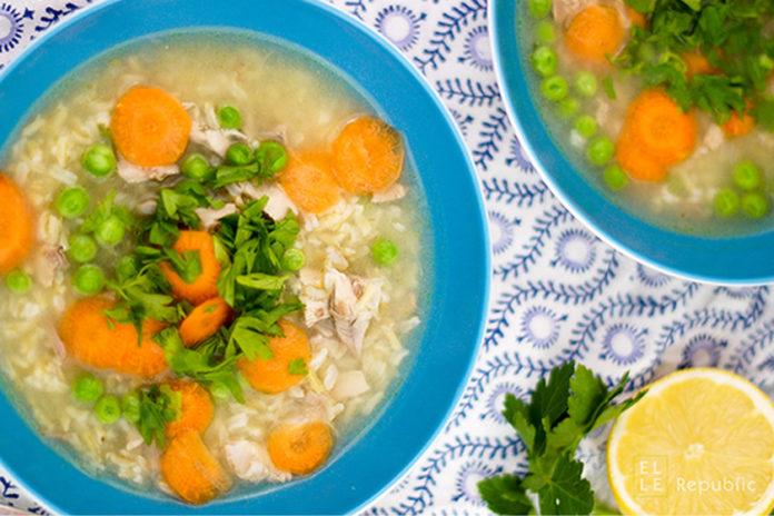 Klassische Hühnersuppe mit Reis, Erbsen, Zitronensaft, Erkältung, Grippe