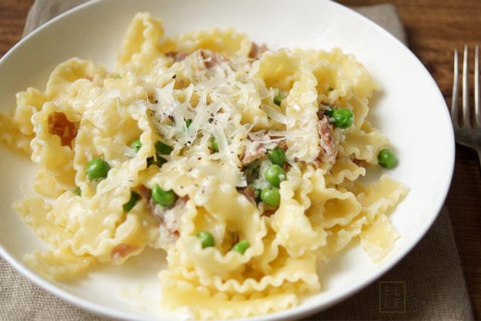 Pasta mit Parmaschinken, Sahnesoße, Erbsen, Crème Fraîche, kinderfreundlich