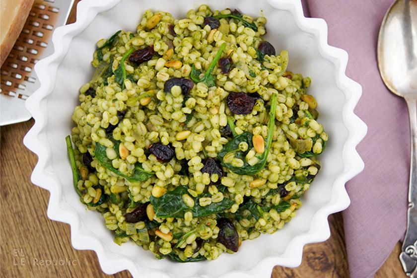Gerstentopf mit Zitronensaft Spinat Pesto. Graupen. Dazu Cranberries und geröstete Pinienkerne.