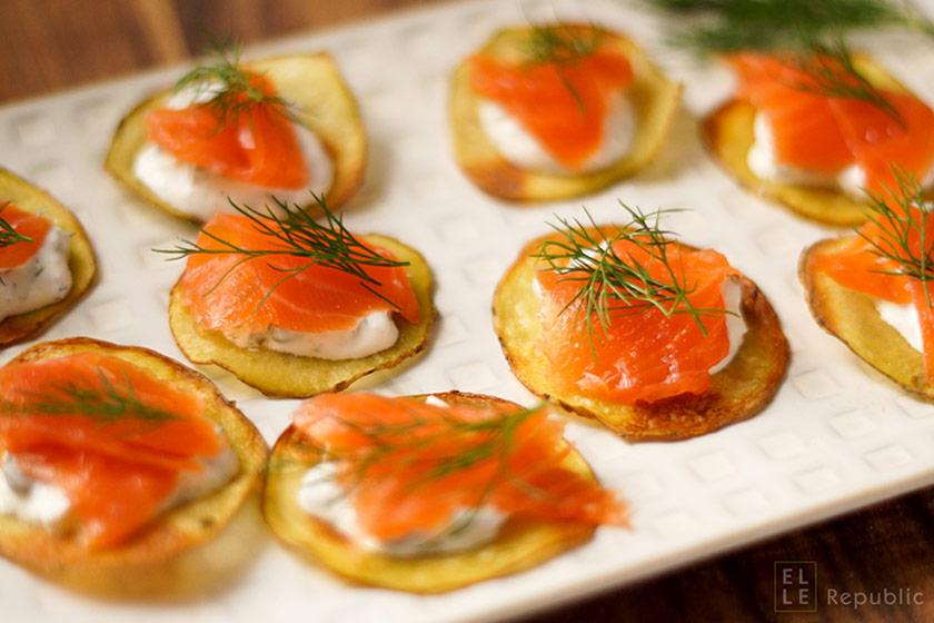 Canapés à la James Bond Selbstgemachte Kartoffel-Chips mit geräuchertem Lachs, Crème Fraîche und Dill