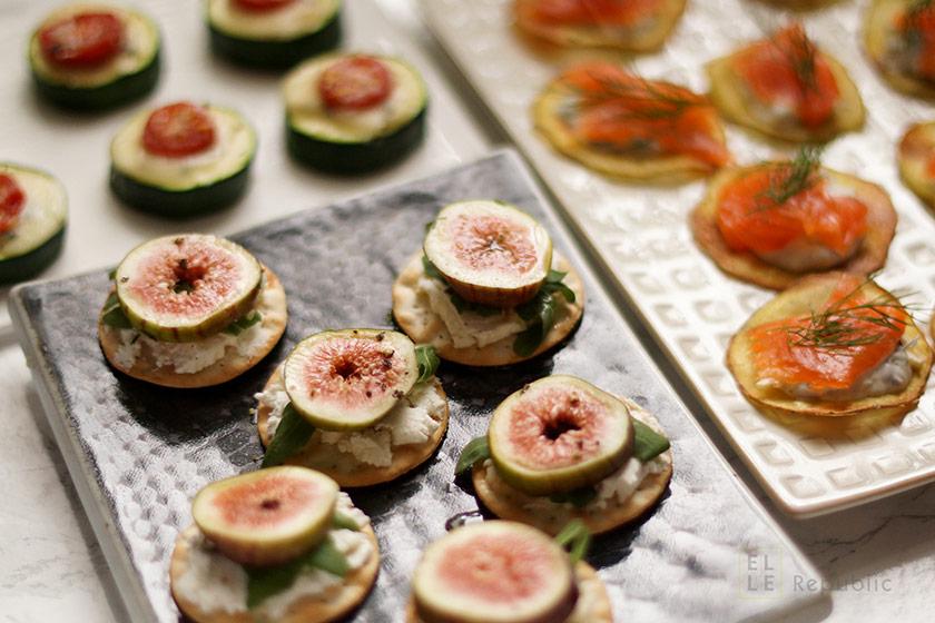 Drei Canapés à la James Bond mit Lachs, Feige, Zucchini, Gorgonzola, Tomate, Cracker, Parmesan
