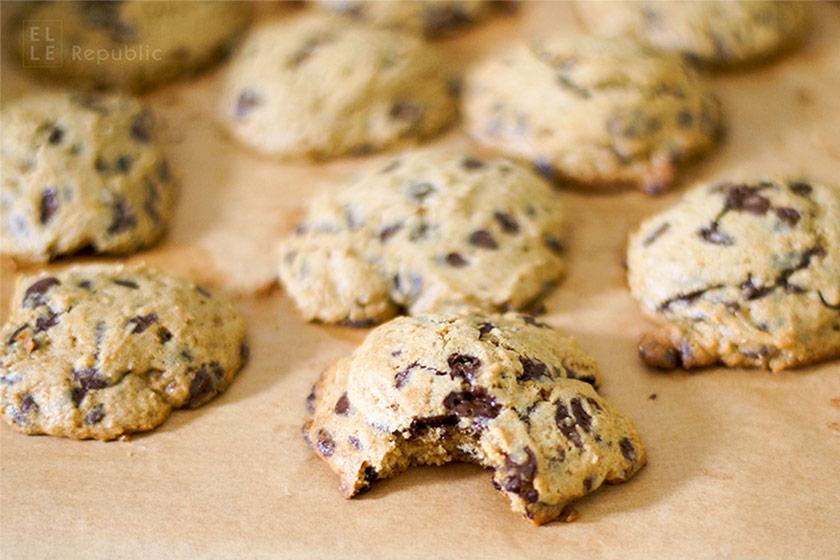 Chocolate Chip Cookies oder Schokoladenkekse  angebissen mit Bio Chocolate Chips