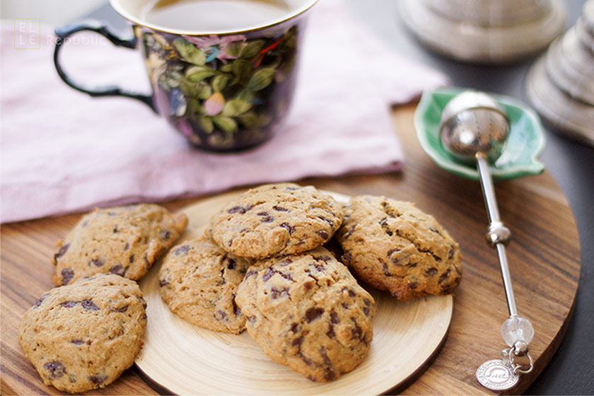 Chocolate Chip Cookies oderr Schokoladenkekse mit Bio -Chocolate Chips und Teetasse