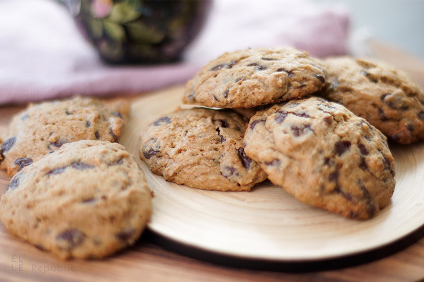 Chocolate Chip Cookies oderr Schokoladenkekse auf Teller mit Bio -Chocolate Chips