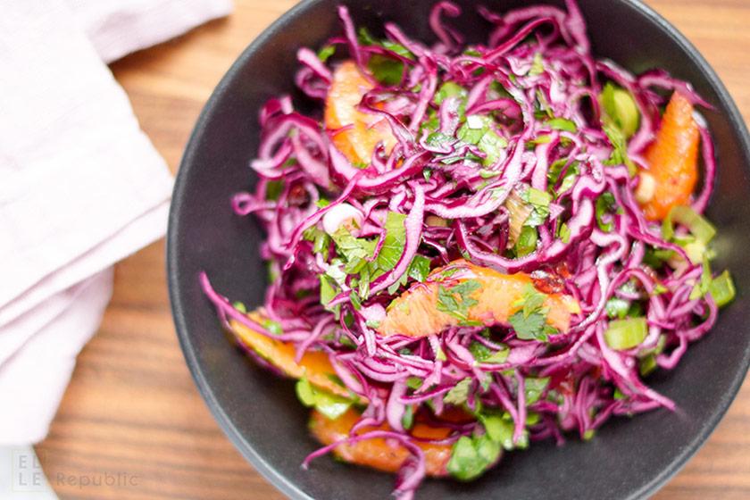 Rotkohlsalat mit Cranberry und Orange in Schale mit Petersilie und Minze