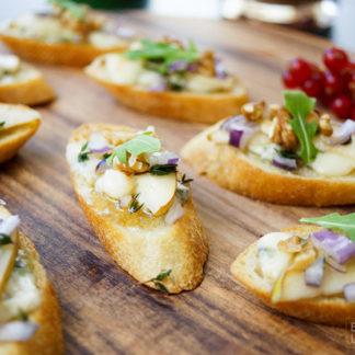Crostini mit Birne und Roquefort, Walnuss, Zwiebeln, Thymian, Honig