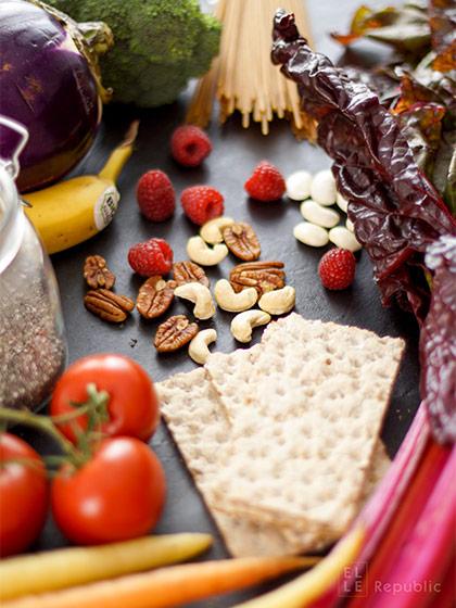 Ernährungstrends, Vegan, Nüsse, Gemüse, Vollkornnudeln, Knäckebrot, Himbeeren, Tomaten, Banane