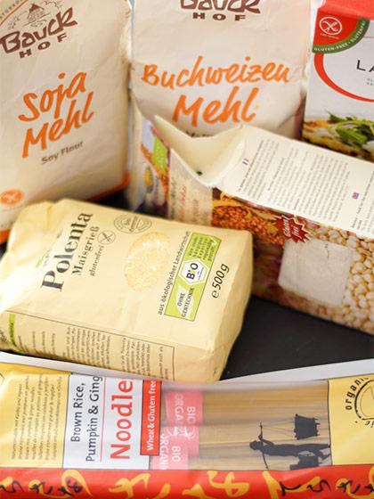 eine Auswahl glutenfreien Produkte (Mehl, Polenta und Nudeln)