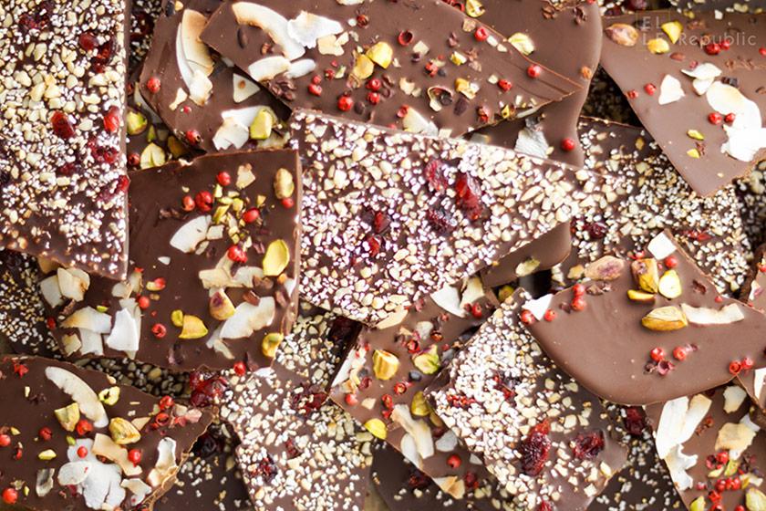 Schokoladenbruch selbstgemacht mit Pistazien, Cranberries, Kokosflocken, Mandeln, Bruchschokolade