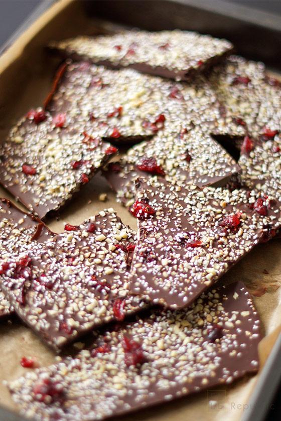 abgekühlte Schokolade in Stücke gebrochen für Schokoladenbruch selbstgemacht