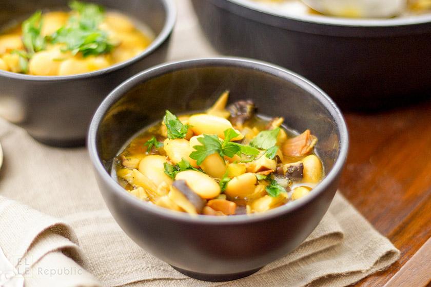 Shiitake Suppe mit Weißen Bohnen und Safran, Parmaschinken in schwarzer Schüssel