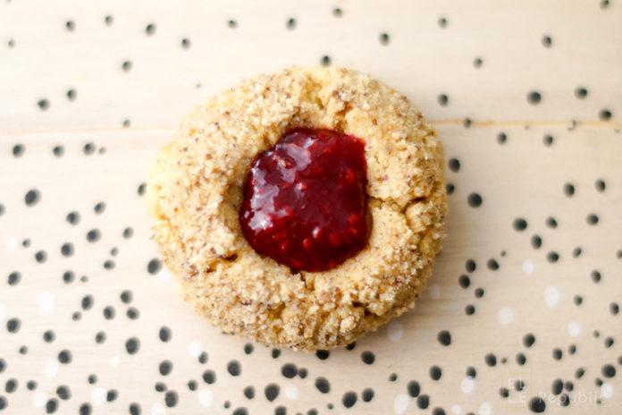 Vogelnest Cookies mit Marmelade, Engelsaugen Kekse, Thumbprint-Cookies Rezept, Weihnachtsgebäck Himbeerenmarmelade Weihnachtsbäckerei