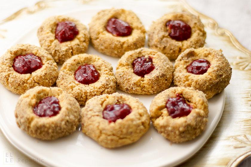 Vogelnest Cookies mit Himbeermarmelade, Haselnüssen aus der Weihnachtsbäckerei