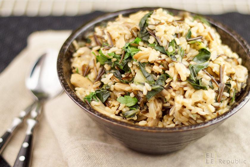 Vegetarischer und veganer wilder Reis mit Austernpilzen und Mangold