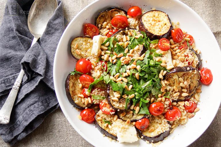 Auberginen und Halloumi gegrillt mit Bulgur mit Tomate, Petersilie, Zitronensaft,