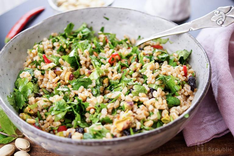 Farro Salat mit Kräutern und Pistazien, Zitronensaft, Zitronenschale, Ingwer, Petersilie, Koriander, Sauerkirsche, Honig, Chilischote