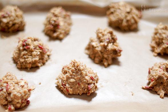Fertiger Teig auf dem Backblech für Frühstücks Cookies mit Quinoa und Mandeln