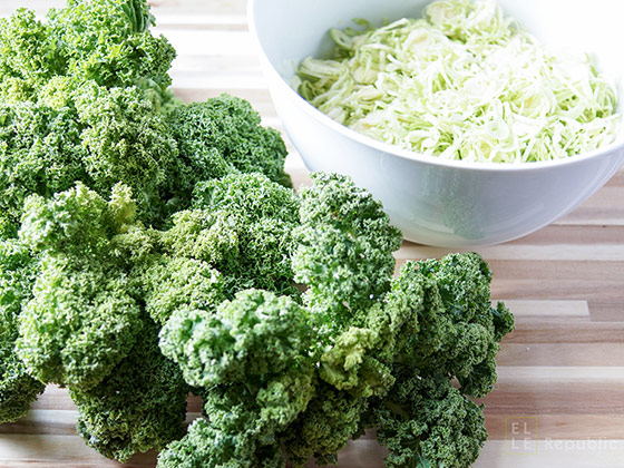 Grünkohl und Rosenkohl, fein geschreddert mit einem Gemüsehobel