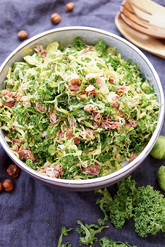 Rohes Grünkohl Salat mit Parmaschinken, Rosenkohl, Haselnüsse, Parmesan