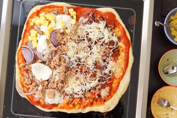 Grill Pizza schnell selbstgemacht mit Thunfisch, Ananas, Zwiebeln, Schinken, Mozzarella
