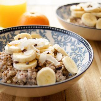gesundes Frühstück, gekochte buchweizen und banana