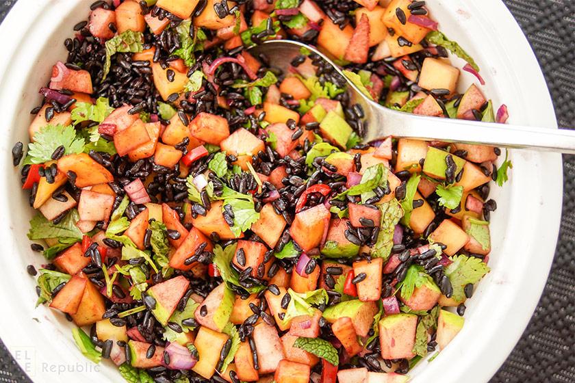 Schwarzer Reis Salat mit Mango und Apfel, Reisessig, Koriander, Cashew-Nüssen, Kokosflocken, vegan, vegetarisch