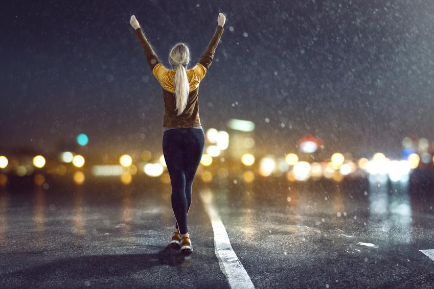 Läuferin im Regen