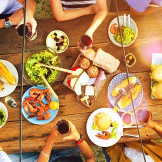 Gesund essen, Bunt gedeckter Tisch im Freien