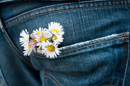Blumenstrauß in Jeans Hosentasche, so bleibt die Liebe erhalten