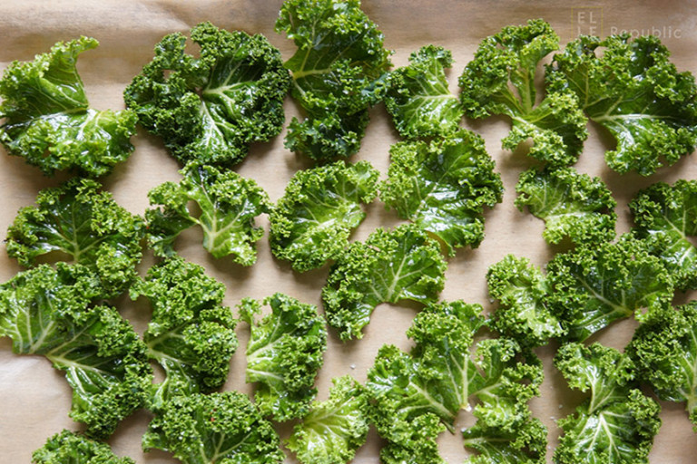 Grünkohl Blätter auf dem Backblech ausgelegt für Grünkohl Chips