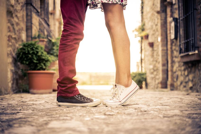 Junges Paar mit Converse Chucks küsst sich. So bleibt die Liebe erhalten.