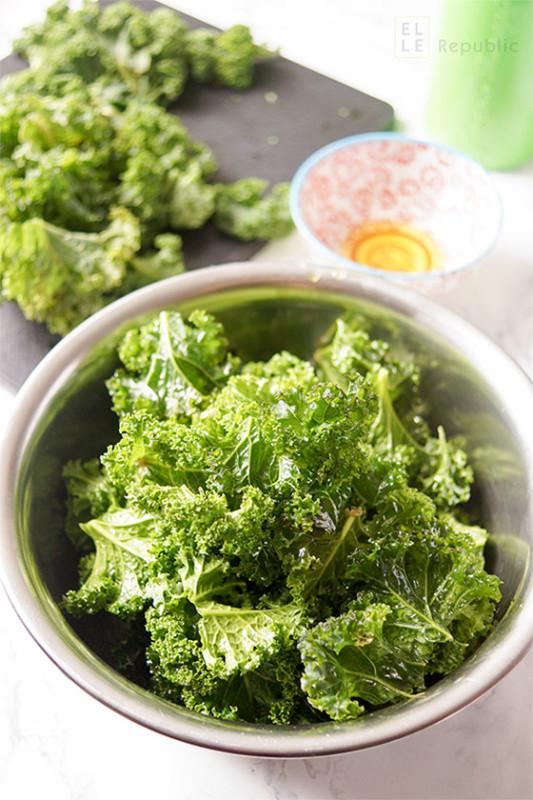 Mit Olivenöl und Meersalz marinierte Grünkohl Blätter