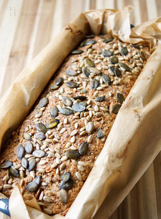 Protein Power Brot voller Körner nach dem Backen mit Leinsamen, Chia Samen, Sonnenblumenkörner, Dinkelmehl