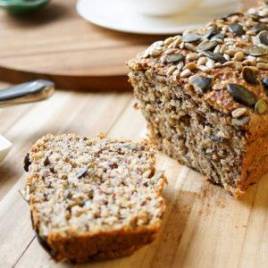 Protein Power Brot voller Körner, Sonnenblumenkernen, Leinsamen, Kürbiskernen, Sesamsamen und Chia Samen