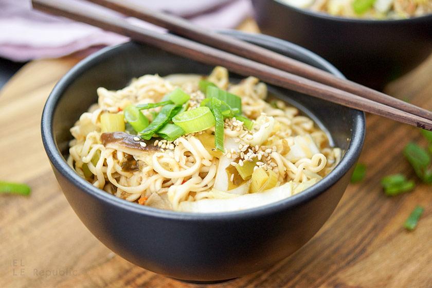 Miso Mie-Nudel-Suppe mit Chinakohl und Shiitake, vegetarisch