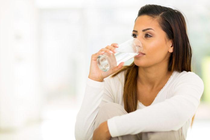 Gesunde Haut durch gesunde Ernährung, Frau trinkt Wasser