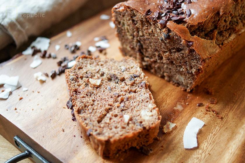 Glutenfreies Brot mit gerösteter Mandelbutter, Cacao Nibs, Kokosnuss Rezept