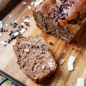 Glutenfreies Brot mit gerösteter Mandelbutter, Cacao/Kakao Nibs, Kokosnuss, Bananen Rezept