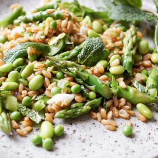 Grünkernsalat mit Spargel, Erbsen und Edamame