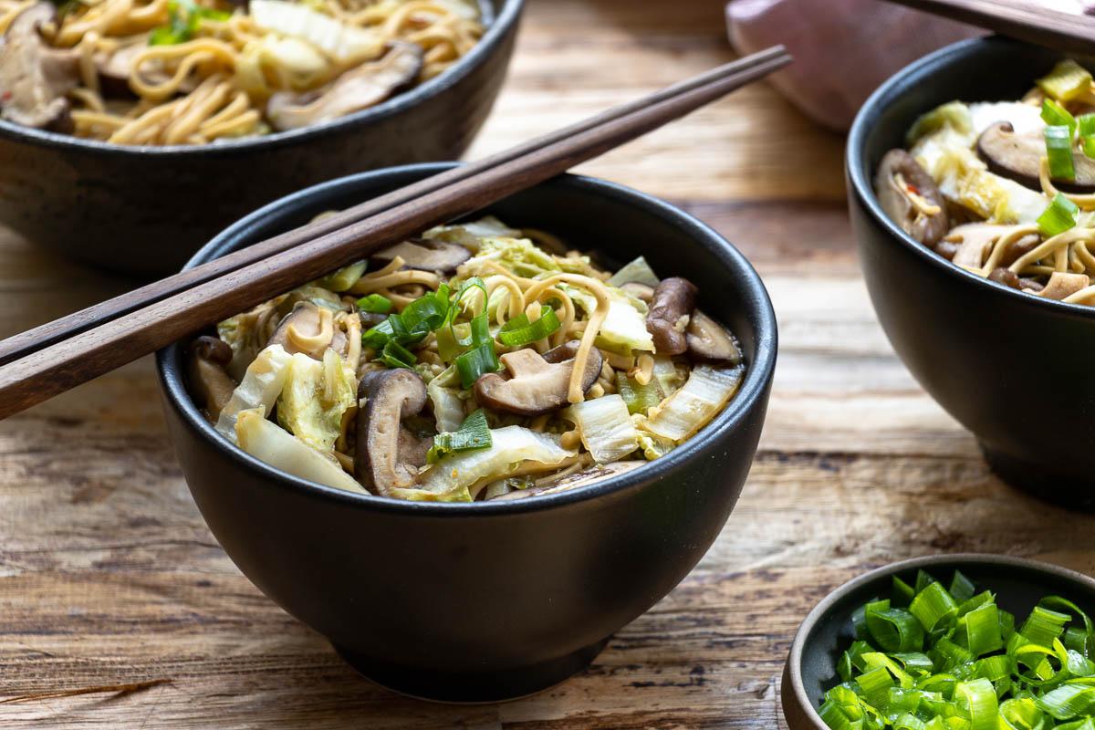Mie-Nudel-Suppe mit Chinakohl und Shiitake