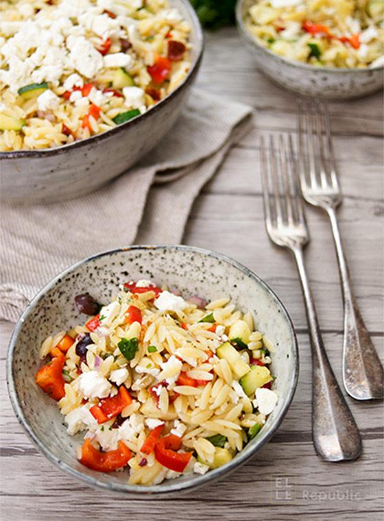 Orzo Nudelsalat mediterran griechischer mit Artischockenherzen, sonnengetrockneten Tomaten und Oliven