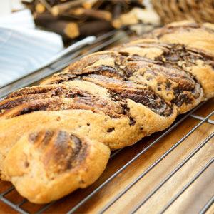 Osterzopf mit Schokolade und Dinkel