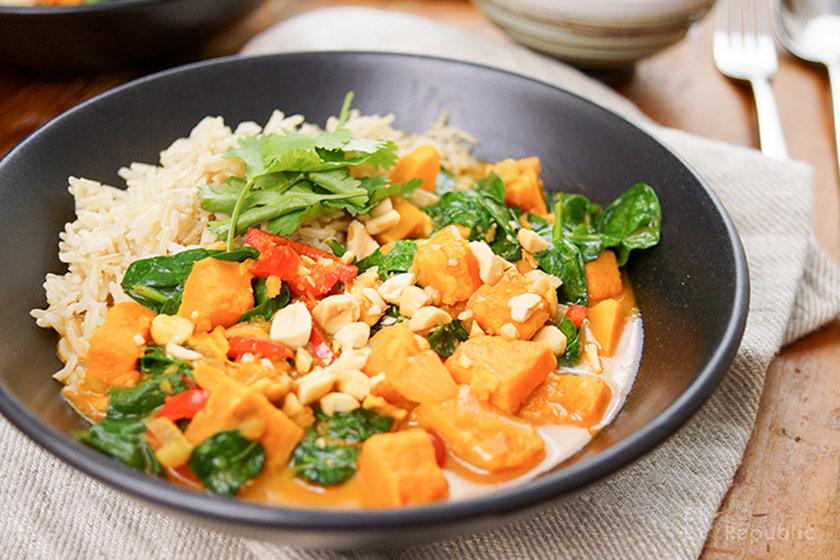 Rotes Thai Curry Mit Süßkartoffeln Und Erdnüssen Elle Republic