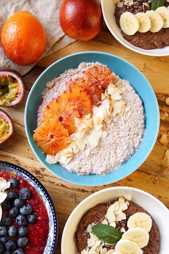Blutorangen Chia Pudding mit Chia Samen, Honig, Kokosflocken, griechischer Joghurt