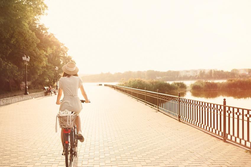Detox Tipps, Frau auf Fahrrad an Flussufer